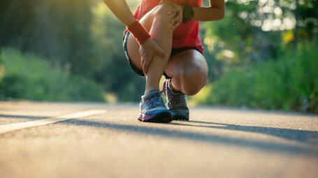 Woman runner got sports injurya